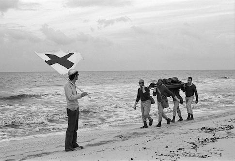 Conflit israélo-arabe, Égypte, 1973. Des soldats égyptiens rapatrient le corps d'un camarade sous la protection de la Croix-Rouge dans le no man's land, région de Port-Fouad. © Max Vaterlaus/CICR