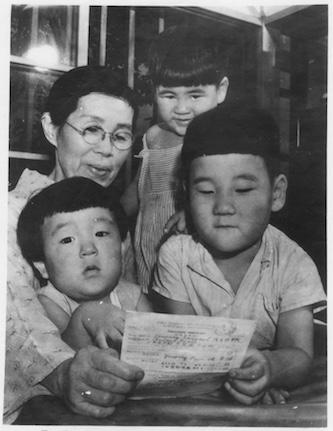 Japon, 1952. Une femme lit la première lettre de son mari, resté prisonnier en Union soviétique après la fin de la Seconde Guerre mondiale. © CICR