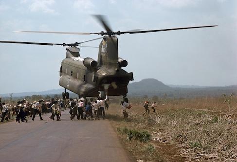 Guerre du Viet Nam, Viet Nam du Sud, 1975. Après la chute de Saïgon aux mains des forces nord-vietnamiennes, des militaires sud-vietnamiens et leurs familles cherchent désespérément à être évacués.© CICR